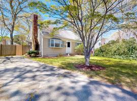 Adrian's Cape Cottage, holiday home in West Yarmouth