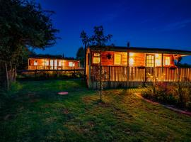 Cherry Tree Glamping, cabin in Stroud