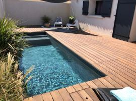 Piscine privée chauffée Proche des plages, Hotel in Istres