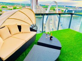 Glasgow City Centre - The PENTHOUSE with RiverViews - (Duplex, 3 Bedrooms, 3 Bathrooms, 2 Living rooms/Kitchen, Private SKY Terrace, 2 Parkings, Top Floor, Huge - 2100 sq ft, SECC HYDRO), family hotel in Glasgow