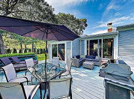 """New Listing! """"The Fitz Inn"""" Beach Retreat Home, holiday home in South Yarmouth"""