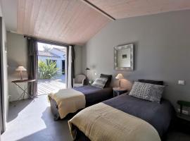 Derrière la plage : suite, patio et pergola, guest house in Le Bois-Plage-en-Ré