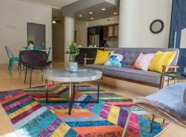 Colorful Cultural District 2BR Apt by Frontdesk, apartment in Pittsburgh