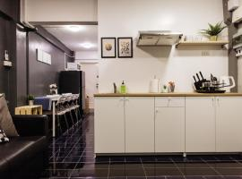 T2 2 Bedrooms 6 guests Full kitchen 1 min to BTS, apartment in Bangkok