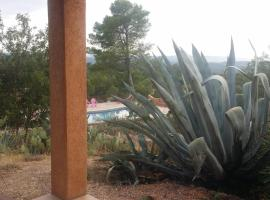 Les Grands Agaves, hotel in Entrecasteaux