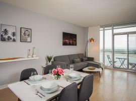 Modern 2 Bedroom Condo in Center Downtown Toronto with Waterfront View and Free Parking, apartment in Toronto