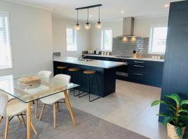 Stunning Brand New Executive Home, hotel in Hastings