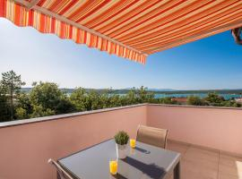 Apartment ANA, beach hotel in Klimno