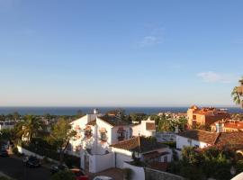 Rooftop Villa - chalet en Cabo Pino con vistas al mar, jardines y piscina, cabin in Marbella