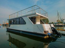 AMBER HOUSEBOAT, hotel near Museum of Defence of Polish Coast, Świnoujście