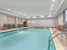 La Quinta Inn and Suites by Wyndham Bloomington, hotel in Bloomington