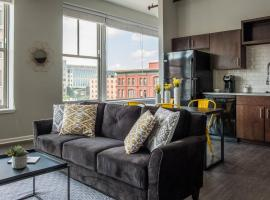 1 BR and 2 BR City Apt with View by Frontdesk, vacation rental in Kansas City