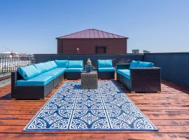 3 blocks to Beale, 4 bedroom 6 bath, 2 Car Garage, Roof Top Deck, View, Sleeps 18, place to stay in Memphis