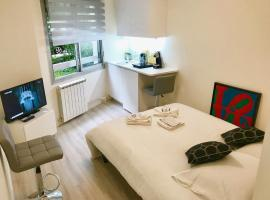 Palais Des Congrès ; La Défense ; Espace Champerret Beautiful studio fully equipped quiet and very comfortable ... ideal for your visit to Paris. Welcome !!!, hotel in Neuilly-sur-Seine