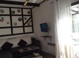 Домик Орандж на Куршской косе, pet-friendly hotel in Rybachiy