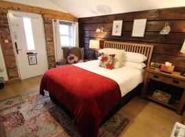 Boutique Garden Lodge @ The Larches, cabin in Wolverhampton
