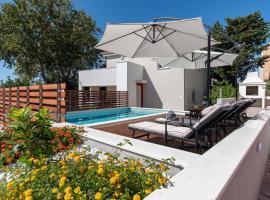 Apartment House Ivan John, hotel with pools in Podstrana