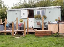 Shepherds Hut with Hot Tub, hotel with jacuzzis in Lymington