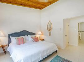New 3-bed on Hip Strip, Beach access, Sleeps 8, villa in Montego Bay