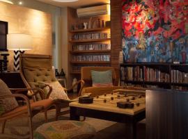 Baboona Beachfront Living, hotel near Tiffany Cabaret Show, Pattaya