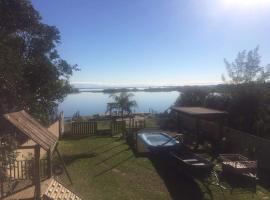 Casa na beira da lagoa com piscina e rampa para embarcações, holiday home in Tramandaí