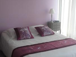 VUE EXCEPTIONNELLE SUR LE CENTRE VILLE DE CAEN, SUR LA PRAIRIE ET SUR LE FLEUVE, budget hotel in Caen