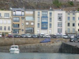 Magnifique appartement, face au Port de Granville, avec vue sur mer, à 200 m du centre ville., hotel in Granville