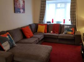 Ravenhill House - Huku Kwetu Luton & Dunstable Spacious 4 Bedroom Detached House -Free Parking-Field View-Affordable Group Accommodation - Business Travellers, hotel near Luton and Dunstable Hospital, Luton