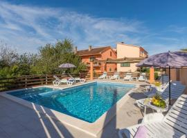 E-M Apartments with Private pool, B&B in Medulin