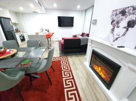 Lavish Quarters - 2 bed 2 bath, parking, sleeps 5, indoor & outdoor pool, spa and sauna and gym, hotel in Sydney