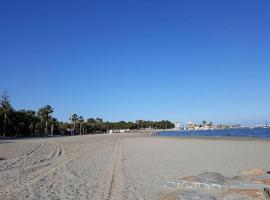 Estupendo pareado a 180 metros de la playa, hotel en Los Alcázares