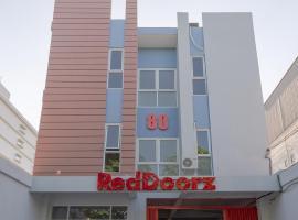 RedDoorz Plus Syariah @ Raya Nginden 2, homestay di Surabaya