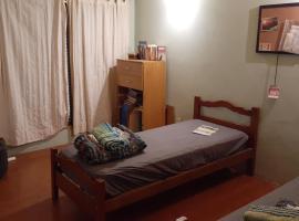 Casa con Jardin, habitación en casa particular en Rosario