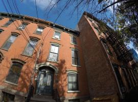 Historic Brownstone 15 min to NYC downtown, hotel in Jersey City