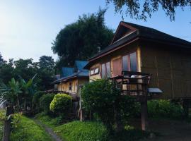 Golden Hut -Chill Bungalows in town黄金泰式传统独栋小屋, cottage in Pai