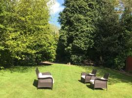 Beautiful mansion in private gated rd HOT TUB FOR 6, hotel in Luton