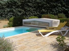 Maison provençale chaleureuse avec piscine, holiday home in Mouriès