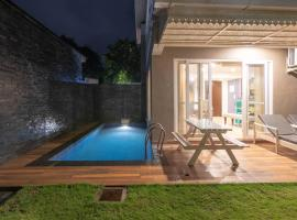 Beautiful 3 Bedroom Private Pool Villa at Vagator close to the Beach!, hotel with pools in Anjuna