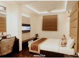 HotelWhiteCloud, отель в Ахмадабаде