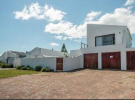Safe, Accessible Venue Near Muizenberg for Accommodation and Events, villa in Cape Town