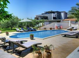 Apartment White, hotel with pools in Medulin