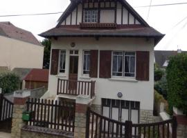 Charmante maison à 30m de la plage, wifi, vélo, hotel in Ouistreham
