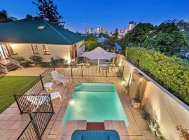 Ultimate Family Home - 3 Bedroom Lux Retreat with Private Pool, Spa and Incredible Views, hotel with jacuzzis in Brisbane