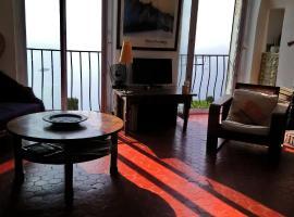 Dans village médiéval piétonnier, Suite exécutive vue mer exceptionnelle, apartment in Roquebrune-Cap-Martin