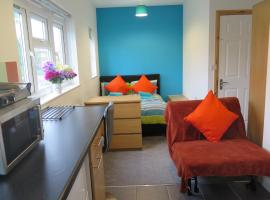 Self contained studio flats Sheridan House for Contractors, apartment in Derby