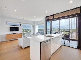Takapuna Contemporary 2BR w/ Carpark, apartment in Auckland