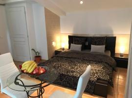 Suite luxe vue sur piscine et parc, hotel near McArthurGlen Provence Designer Outlets, Miramas