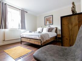 A Chic and Stylish Canal Side Apartment with Terrace, Central to the City, apartment in Chester
