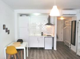 Bright and New Studio in the Center-Plaza Nueva, apartamento en Sevilla
