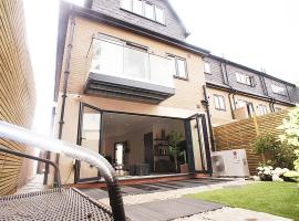 luxury 4 double bedroom boutique home, self catering accommodation in Enfield